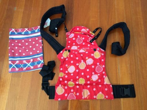 Marca: Kokadi (hecho con fular de su marca), tiras de hombros  acolchadas, tira de cintura con cierre de mochila, panel de cuerpo evolutivo y con pinzas